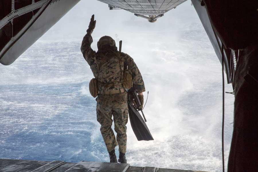CH-53Eの後部カーゴドアから海へダイブするアメリカ海兵隊第3偵察大隊の兵士