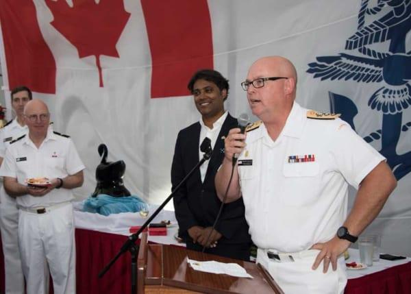 オタワ(FF-341)艦上レセプションで挨拶するカナダ海軍太平洋軍司令官オーチターロニー中将