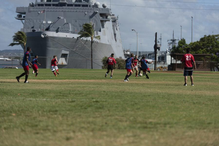 カナダのフリゲート、オタワ(FFH-341)対アメリカの駆逐艦ハルゼー(DDG-97)のサッカー