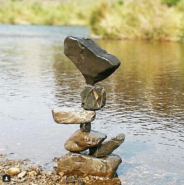 """とんでもないバランス感覚!超絶技巧に積み上がった河原の石が""""芸術""""と話題騒然"""