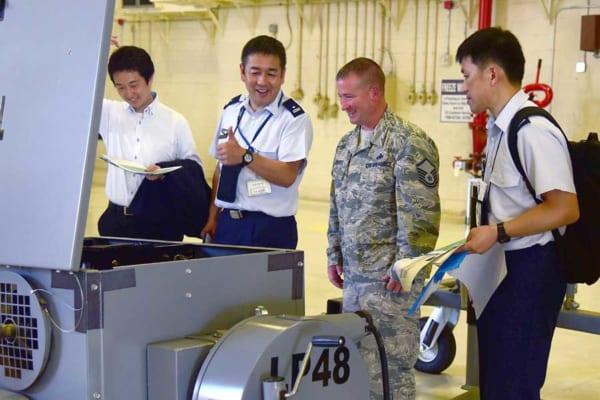 アメリカ空軍のKC-46用施設を視察する航空自衛隊員(画像:USAF)
