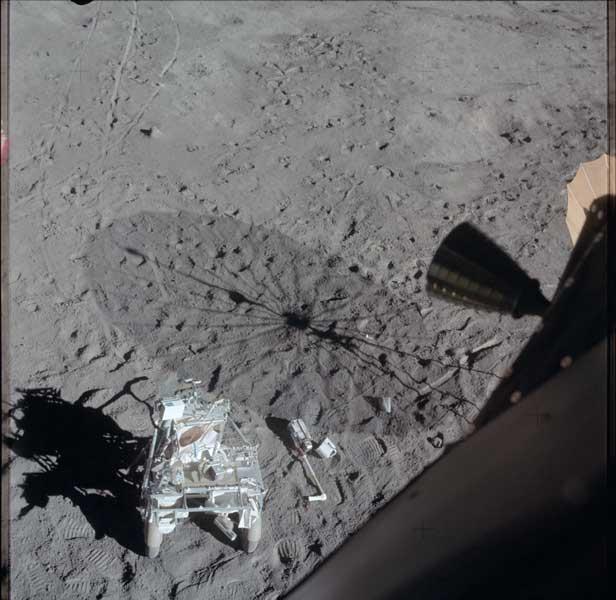 月面に残されたアポロ14号の機器運搬車(Image:NASA)