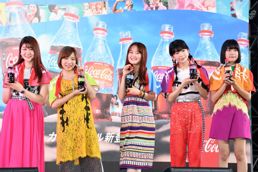 Little Glee Monsterがアカペラで「コカ・コーラ」CM曲熱唱 六本木ヒルズで「キミ色の夏」を応援するスペシャルライブを開催