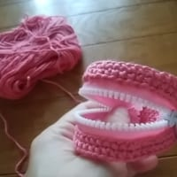 手編みのコインケースが圧倒的な入れ歯感!お口チャックもできち…