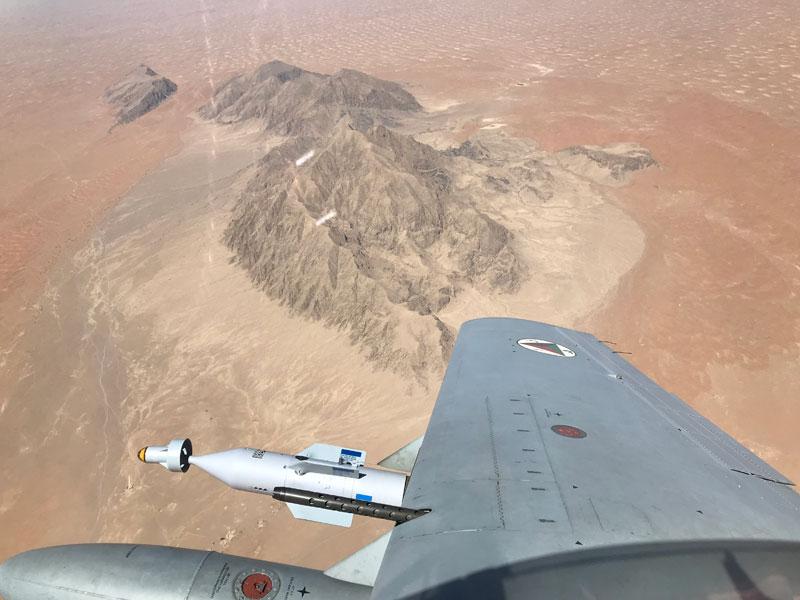 レーザー誘導爆弾を携行してアフガニスタン上空を飛ぶA-29