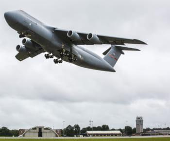 スチュアート空軍基地へ向け飛び立つC-5M最終号機