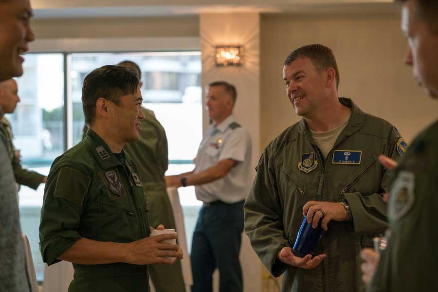 談笑する航空自衛隊の中島2佐とアメリカ空軍のロバーツ中佐