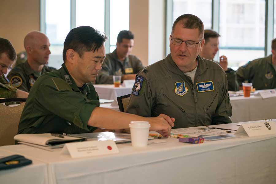 航空自衛隊の中島良平2佐とアメリカ太平洋空軍航空安全責任者のカレン大佐