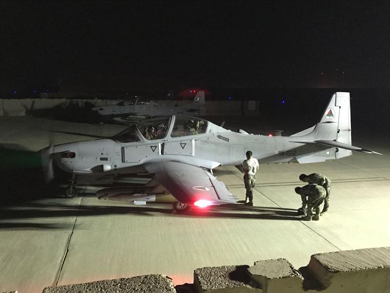 夜間出撃準備をするアフガニスタン空軍のA-29