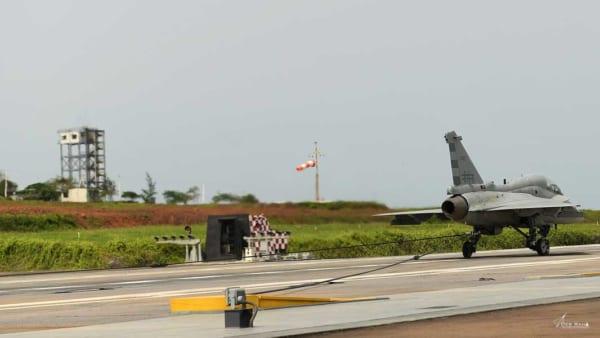 インドが国産空母艦載機の着艦フック試験に成功