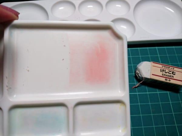 絵の具パレットが驚きの白さに!消しゴム一つでキレイに色が落ちる裏技が話題