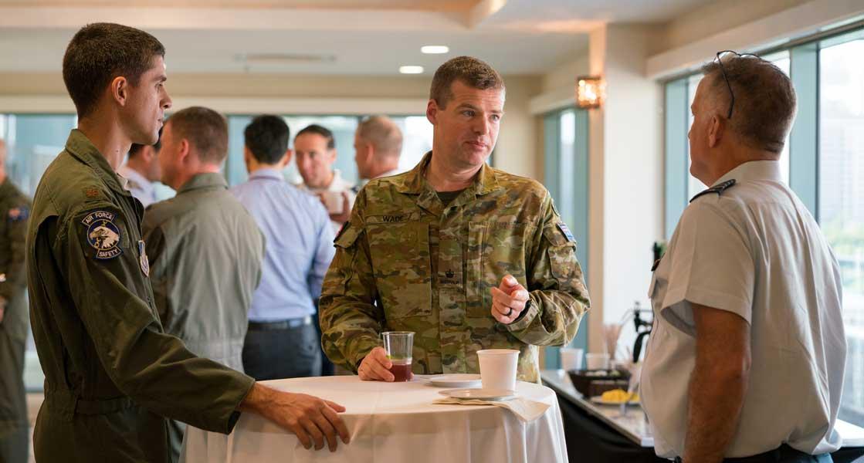アメリカ空軍のジョンソン大尉(左)オーストラリア空軍のウェイド大尉(中央)カナダ空軍のアレクサンダー大佐(右)