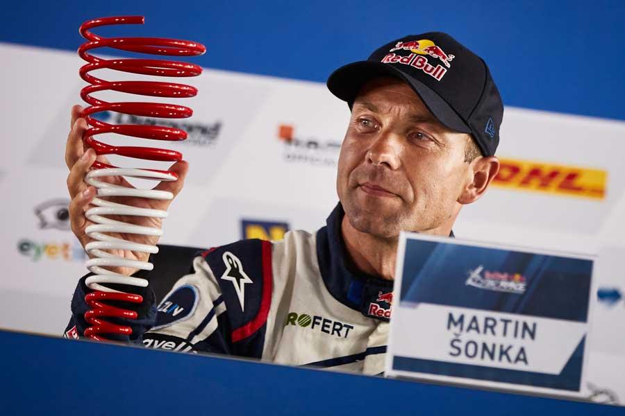 記者会見でトロフィーを見つめるソンカ選手(Andreas Langreiter/Red Bull Content Pool)
