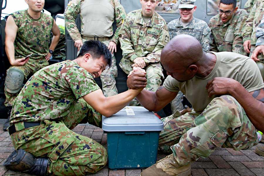 日米合同訓練「オリエント・シールド」は腕相撲で開幕