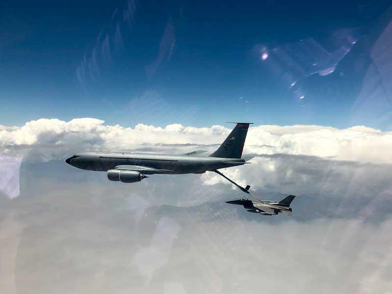 F-16に空中給油するKC-135(Photo:USAF)