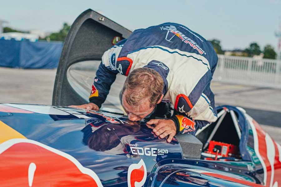 飛行機にキスして感謝を表すソンカ選手(Balazs Gardi/Red Bull Content Pool)