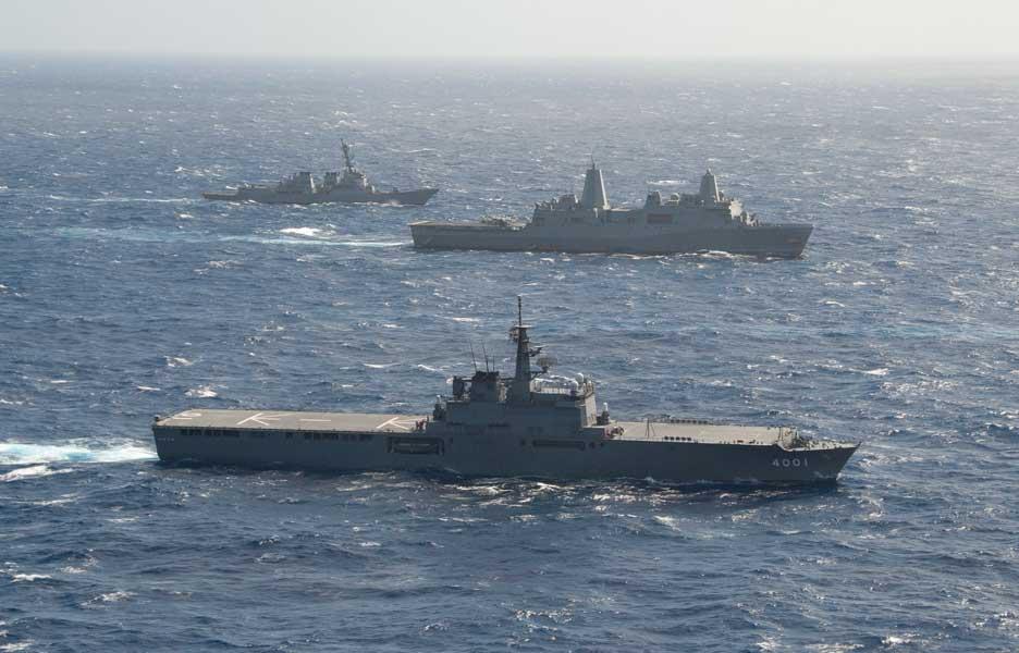 輸送艦おおすみ(手前)とドック型輸送揚陸艦グリーンベイ、駆逐艦シャウプ