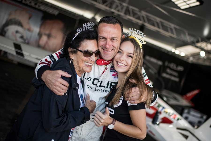 誕生日のドルダラー選手、母親のヘルガさん、娘のララさんと(Joerg Mitter/Red Bull Content Pool)