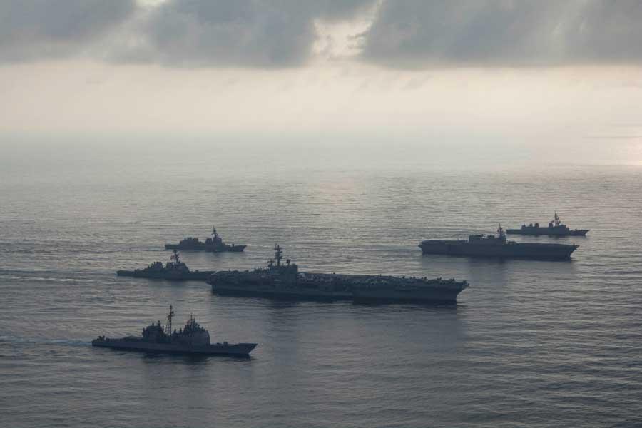 南シナ海を航行する海上自衛隊(奥)とアメリカ海軍(手前)の艦艇