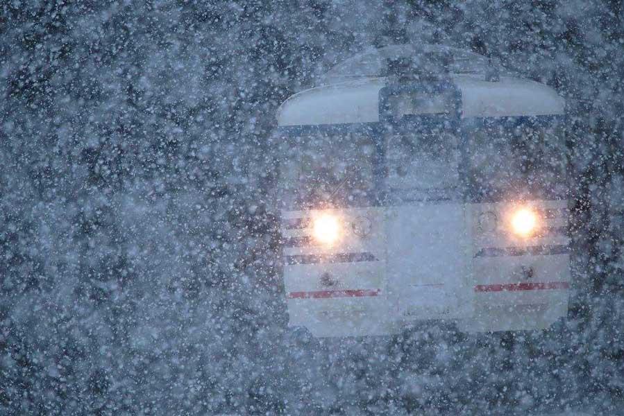 豪雪の中を走る旧新潟色115系N37編成(撮影:かつかれいさん)