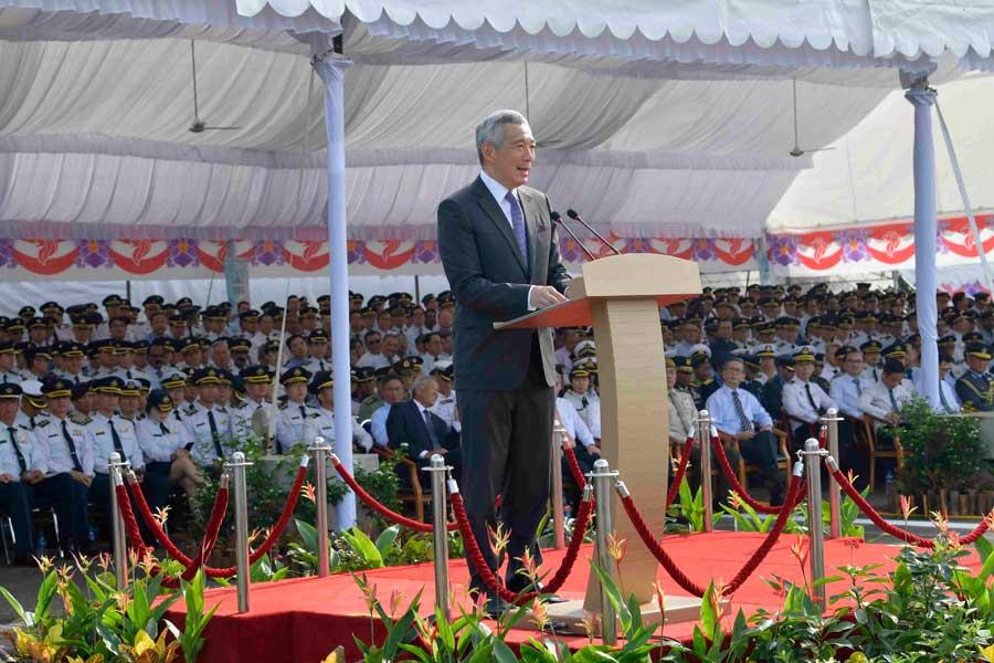 空軍50周年記念パレードでスピーチするシンガポールのリー・シェンロン首相