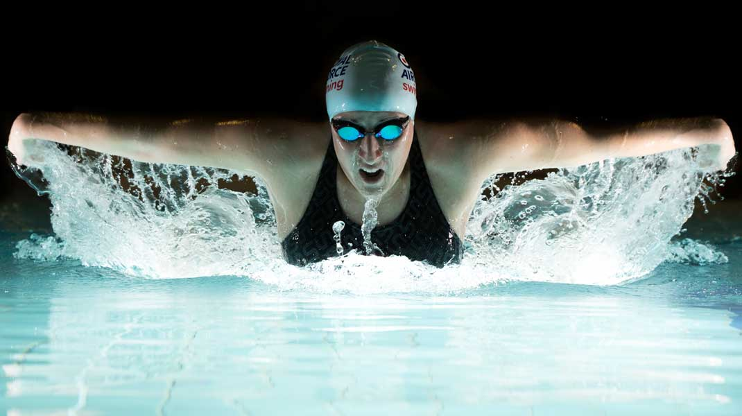 E(スポーツ写真)部門第3席「Before You Swim You Must Fly」ロブ・トラビス軍曹