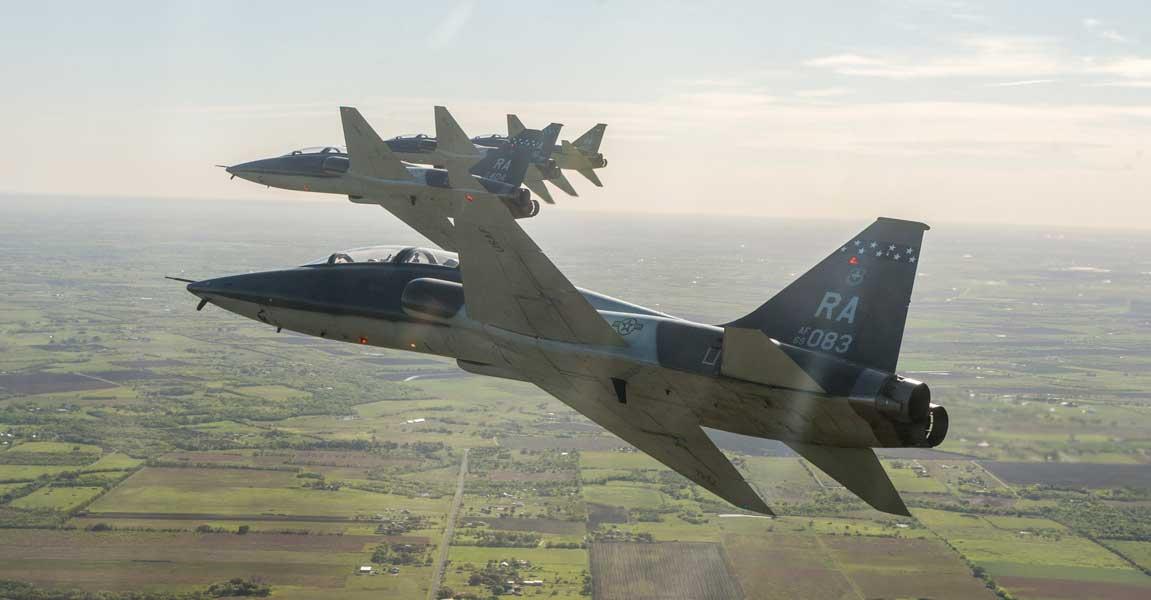 レフトエシュロン編隊で旋回するT-38C(Image:USAF)