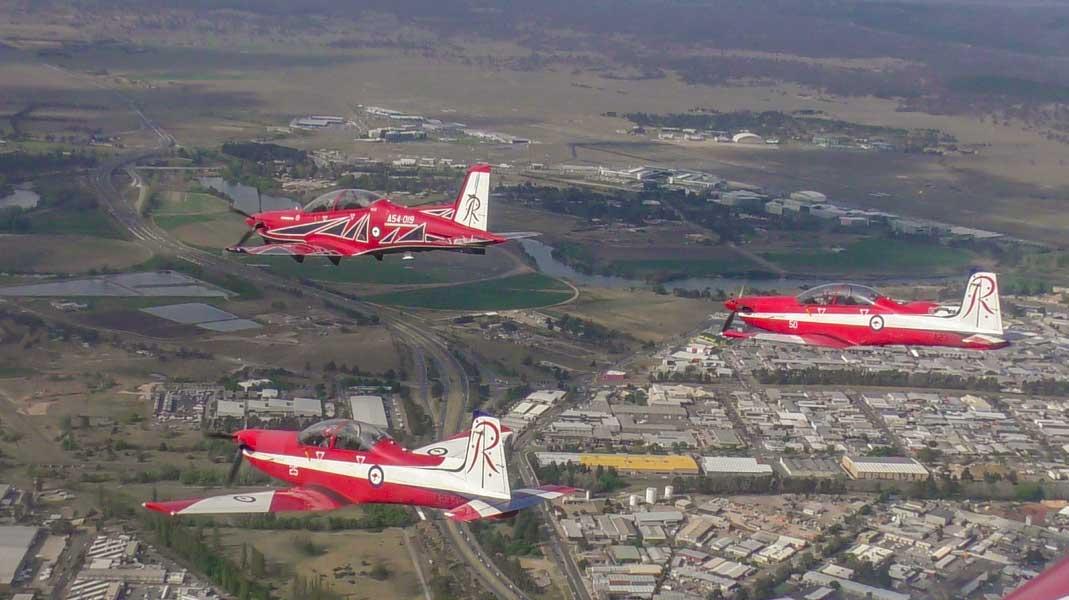 編隊を組んで飛ぶPC-21(先頭)とPC-9