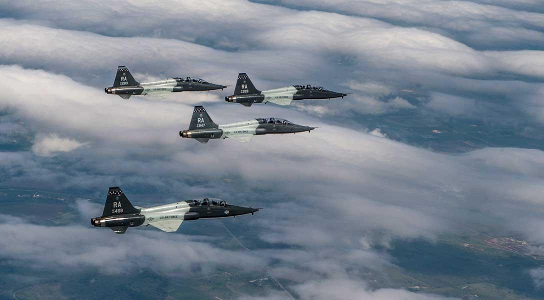 フィンガーチップ編隊のT-38C(Image:USAF)