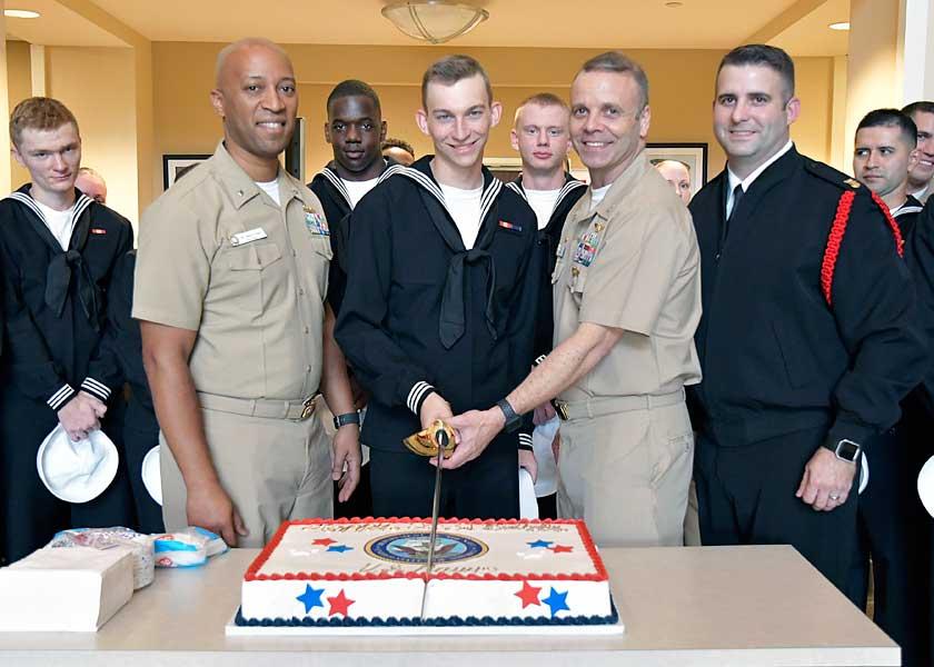 海軍新兵教育コマンドでのケーキカット