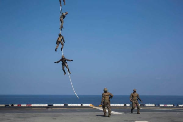 ヘリコプターの下に人が数珠つなぎでブラ〜ン……でもこれが一番早い撤収方法なんです!