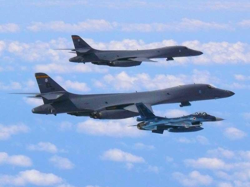 航空自衛隊のF-2と編隊を組むB-1B(画像:USAF)