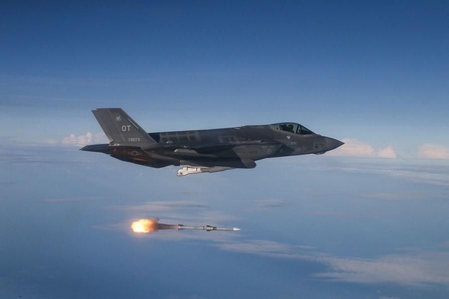 F-35Aから発射されるAIM-120C-7AMRAAM(画像:USAF)