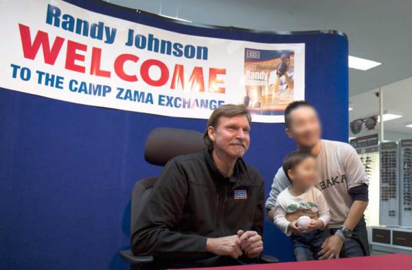 アメリカ軍の慰問事業でランディ・ジョンソン来日!岩国「絆スタジアム」などで子供たちと交流