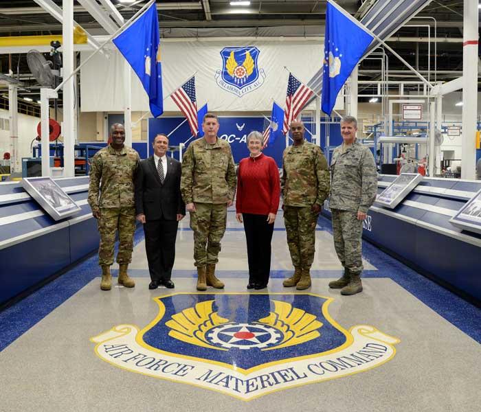 ティンカー空軍基地を訪問したウィルソン空軍長官(画像:USAF)