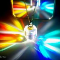 プリズムのコマから色彩の環が広がる「スペクトラム・ハロー」…