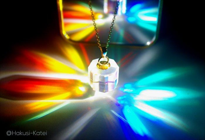 プリズムのコマから色彩の環が広がる「スペクトラム・ハロー」が美しい