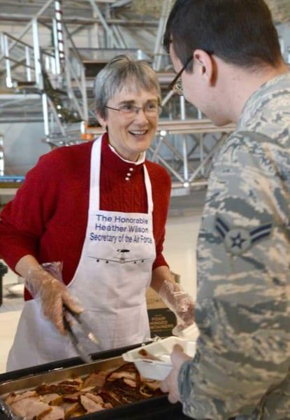 感謝祭のターキーを配るウィルソン空軍長官(画像:USAF)