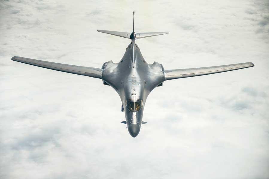 東シナ海上空を飛ぶB-1B(画像:USAF)
