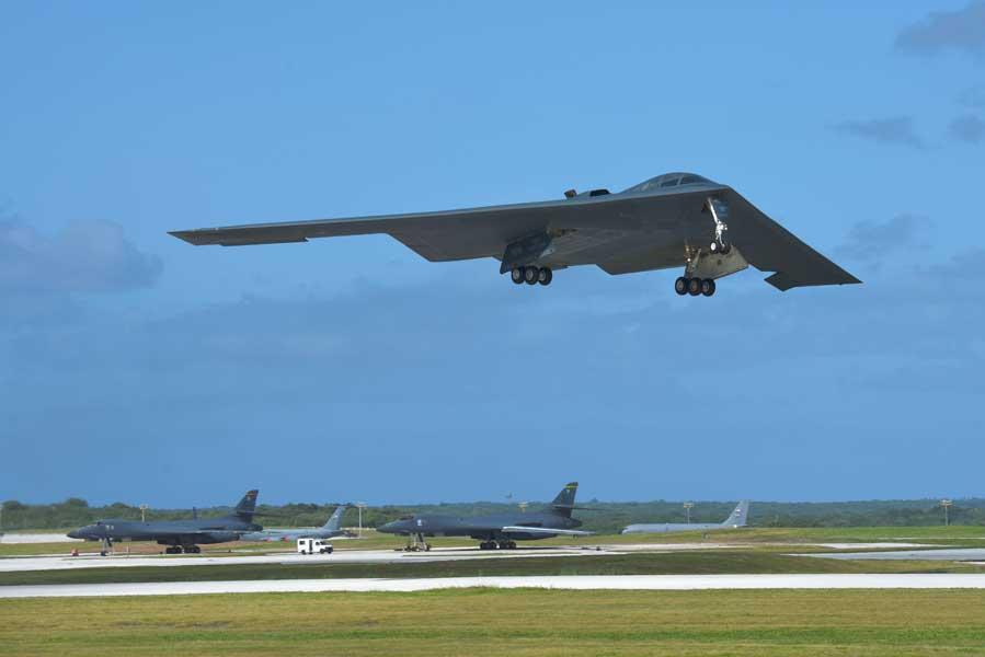 グアムのアンダーセン空軍基地を離陸するB-2(画像:USAF)
