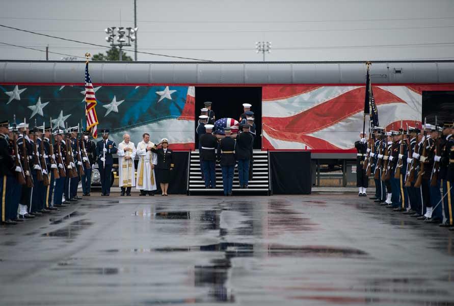 特別列車に入る棺(画像:U.S.DoD)
