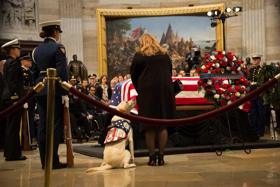 サリーも議事堂で別れを惜しむ(画像:U.S.DoD)