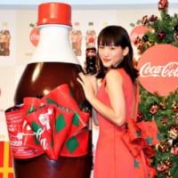綾瀬はるかが「コカ・コーラ」リボンボトルをモチーフにしたドレ…