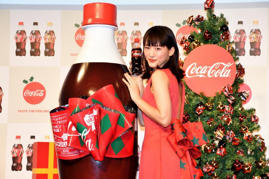 綾瀬はるかが「コカ・コーラ」リボンボトルをモチーフにしたドレスで登場 巨大ボトルで作り方を実演