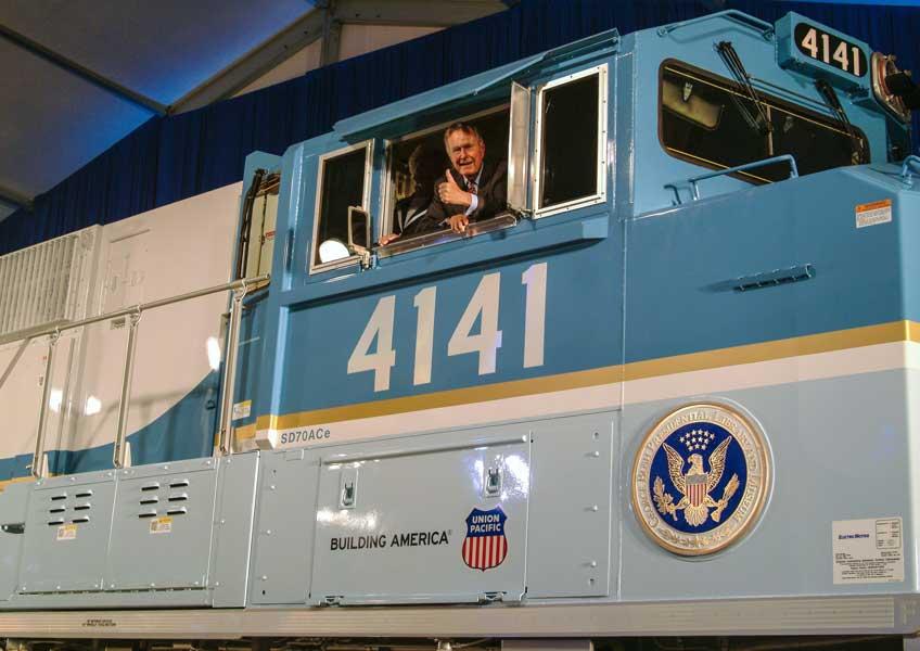 2005年10月18日、ディーゼル機関車4141号機の運転台でポーズをとるブッシュ元大統領(画像:Union Pacific Railroad)