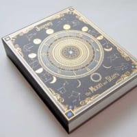 職人技光る魔導書風ノート「月読時計」がついに発売