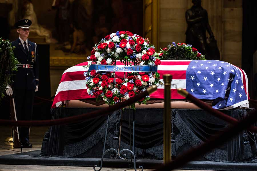 議事堂に安置された棺(画像:U.S.DoD)