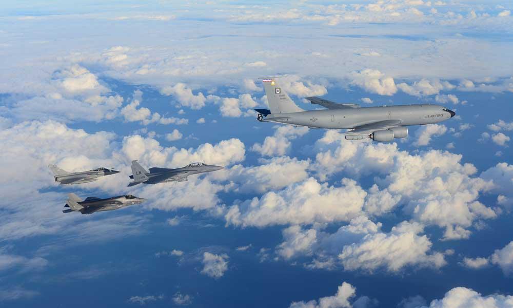米英空軍機と飛ぶ米空軍のKC-135(画像:USAF)