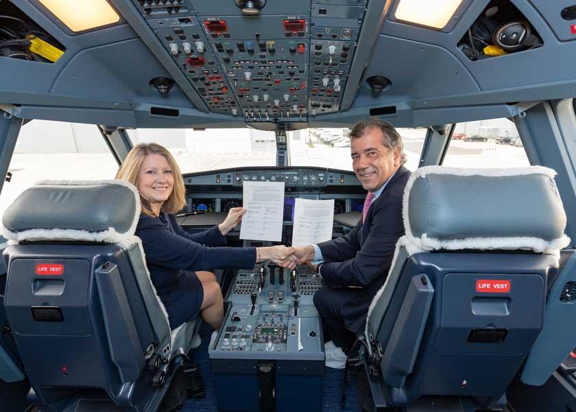 ロッキード・マーティンのミッシェル・エヴァンス副社長(左)とエアバスのフェルナンド・アロンソ氏(右)(画像:AIRBUS)