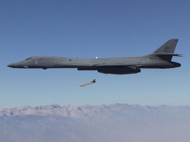 アメリカの新型長距離対艦ミサイルLRASMが早期作戦能力を獲得